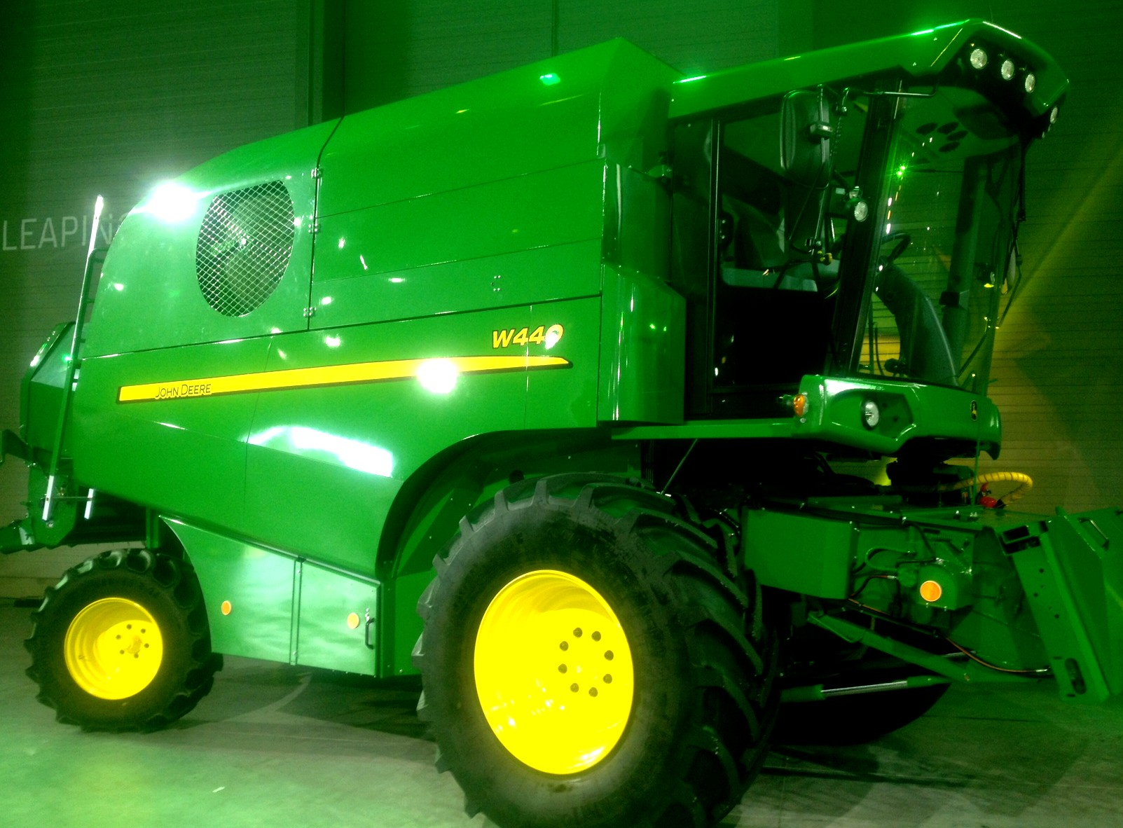La nouvelle moissonneuse-batteuse  John Deere W440 « made by Sampo » !